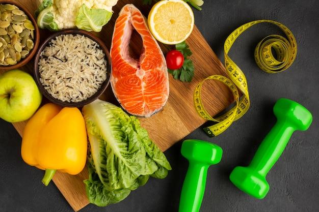 Piatto disteso di pesce e verdure