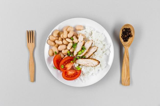 Piatto disteso di piastra con fagioli e riso