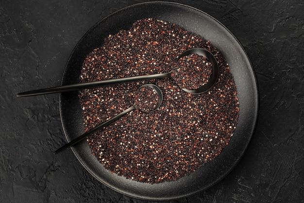 Piatto disteso di piastra con semi e condimenti