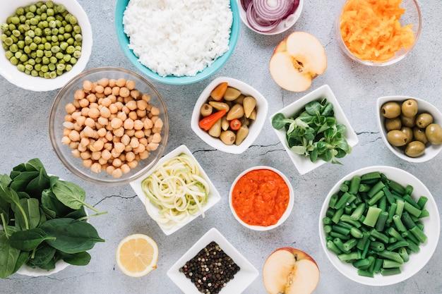 Piatto disteso di piatti con olive e ceci