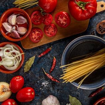 Piatto disteso di pomodori con aglio e pasta