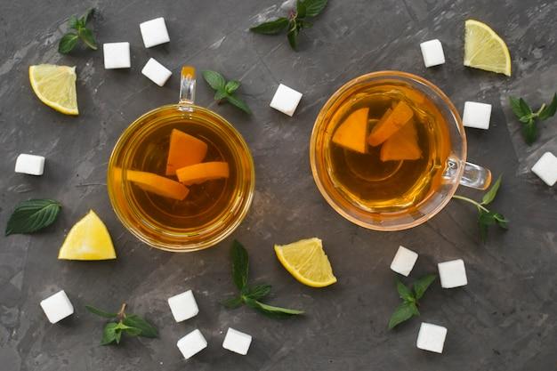 Piatto disteso di tazze da tè con zollette di zucchero