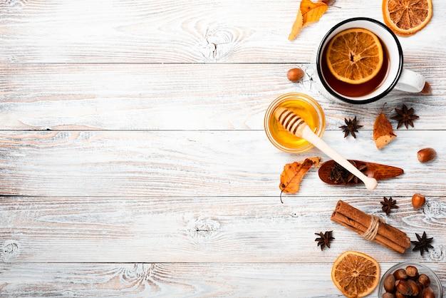 Piatto disteso di tè con miele e copia spazio