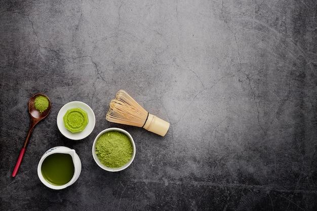 Piatto disteso di tè matcha con cucchiaio di legno