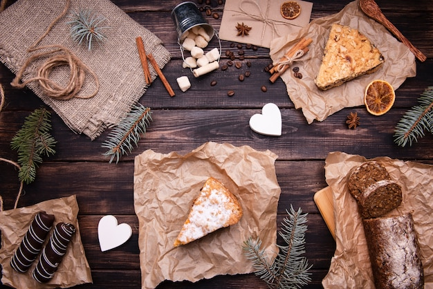 Piatto disteso di torte e dessert al cioccolato con pino e cannella