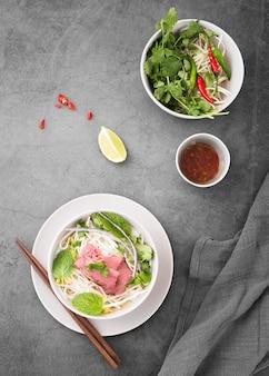 Piatto disteso di varietà di noodles con salsa