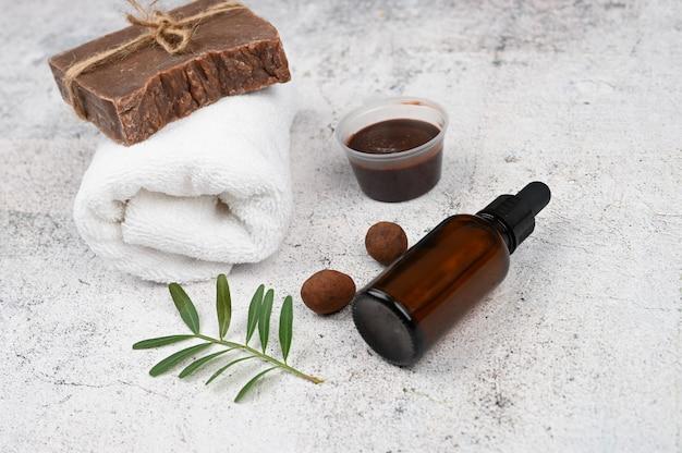 Piatto disteso su cosmetici naturali. layout piatto con accessori, cosmetici spa, sale da bagno, crema e asciugamani. cura della pelle, cosmetici naturali