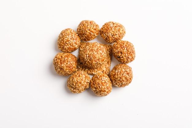 Piatto dolce indiano, palla dei semi di sesamo o chiamato in hindi, fino a laddu di ke su fondo bianco
