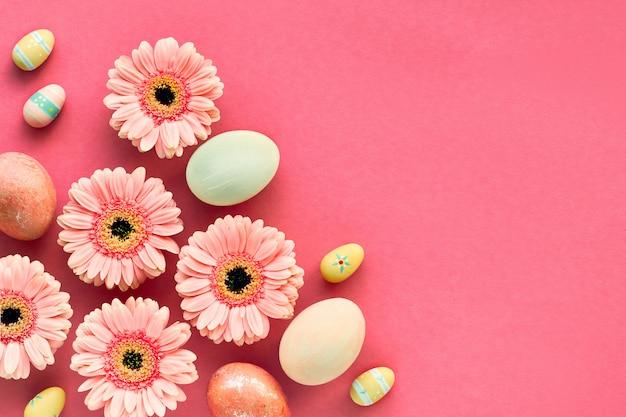 Piatto geometrico diagonale pasquale in corallo con uova dipinte e margherite gerbera,
