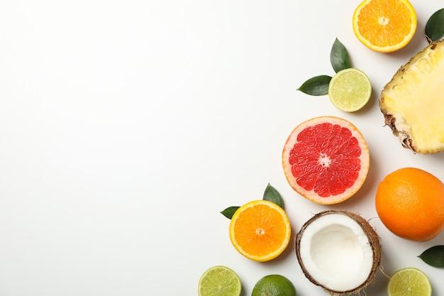 Piatto giaceva con frutti esotici su sfondo bianco, spazio per il testo