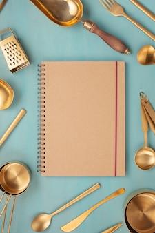 Piatto giaceva con utensili da cucina e copia spazio vuoto. ricettari di cucina, cucina blog, concetto di classi