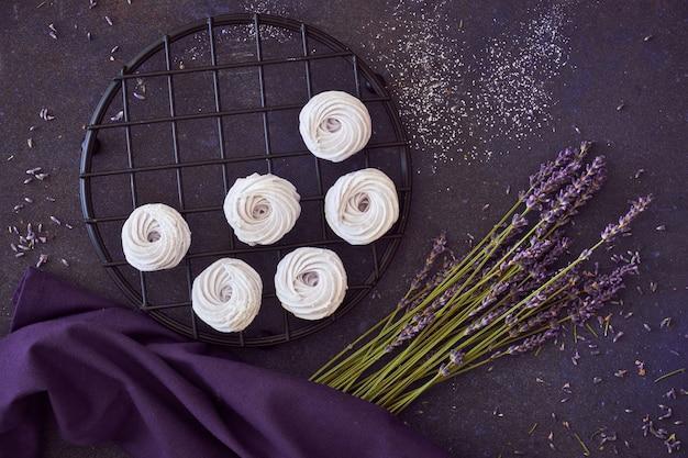 Piatto giaceva di piatto scuro di palle di rum con wallnuts su oscurità