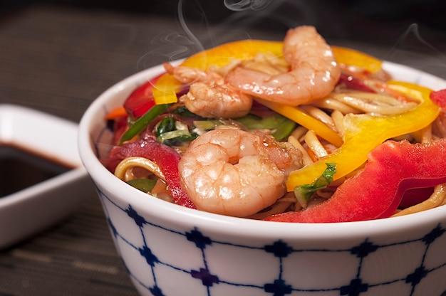 Piatto giapponese dell'alimento del gamberetto di yakisoba, alimento asiatico, piatto cinese delizioso di lámen, frutti di mare organici