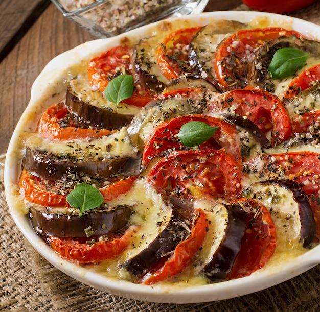 Piatto gratinato preparato melanzane crude con mozzarella e pomodori