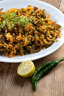 Piatto indiano: zucca amara fritta con spezie ed erbe aromatiche