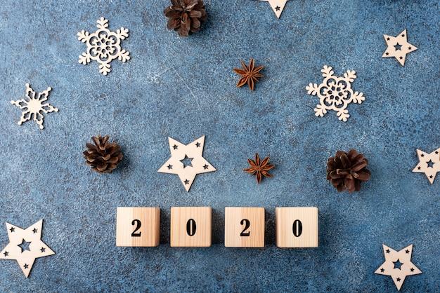 Piatto invernale con cannella, anice, coni, fiocchi di neve in legno. felice anno nuovo 2020