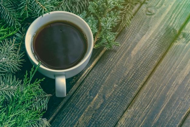 Piatto invernale giaceva con una tazza di tè durante le vacanze di natale e capodanno.
