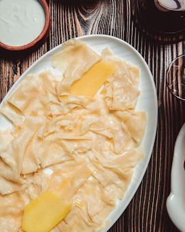 Piatto khinkali a forma di foglie con un katyk
