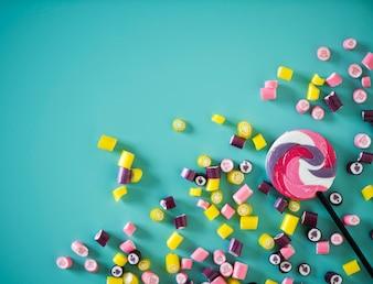 Piatto laici di caramelle isolato