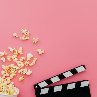 Piatto laici di elementi del cinema con copyspace