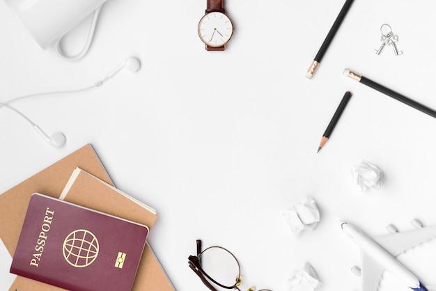 Piatto laici di pianificazione di viaggio con uno spazio vuoto su sfondo bianco