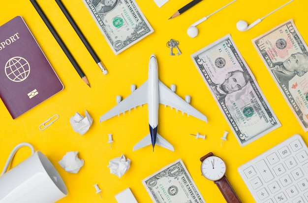 Piatto laici di pianificazione di viaggio con uno spazio vuoto su sfondo giallo