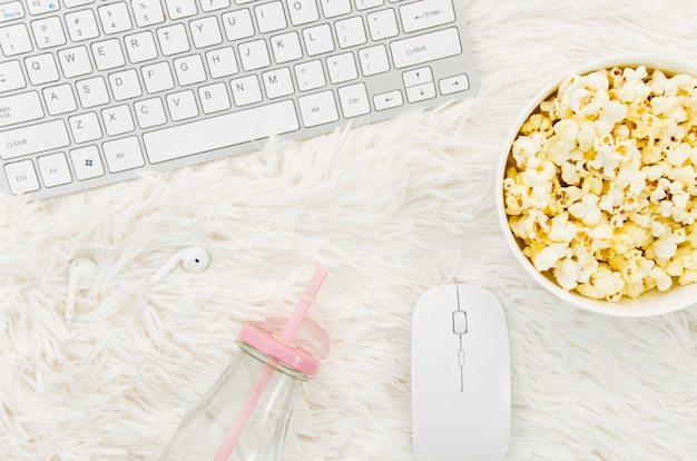Piatto laici di popcorn e laptop per il concetto di cinema