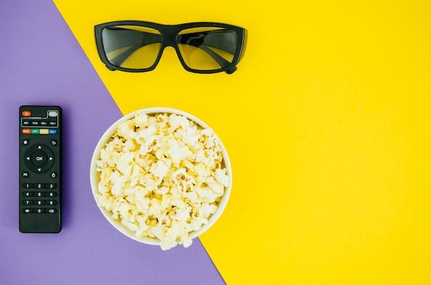 Piatto laici di popcorn per il concetto di cinema