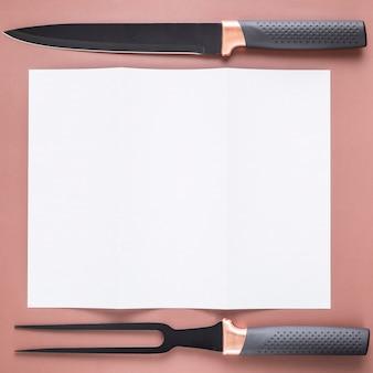 Piatto lay di carta menu vuoto con coltello e forchetta