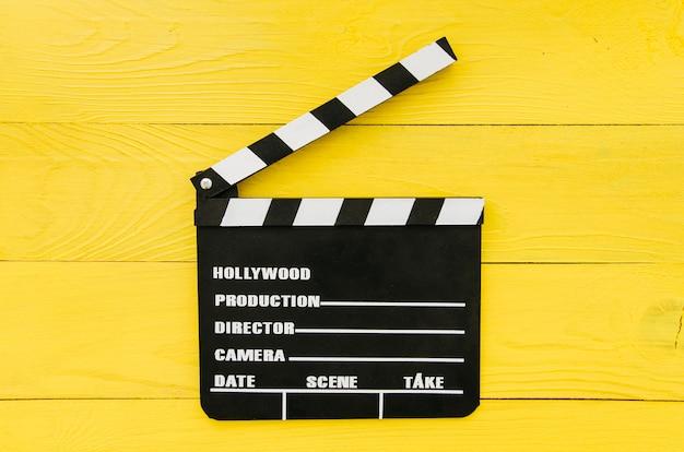 Piatto lay di ciak per il concetto di cinema