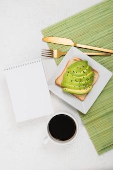 Piatto lay di deliziosa colazione con avocado