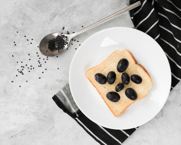Piatto lay di deliziosa colazione con olive