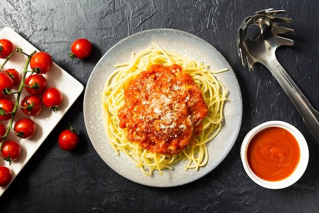 Piatto lay di piatto di pasta con salsa di pomodoro