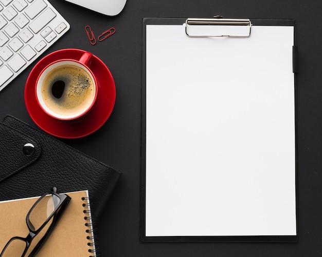 Piatto lay di scrivania con carta e tazza di caffè