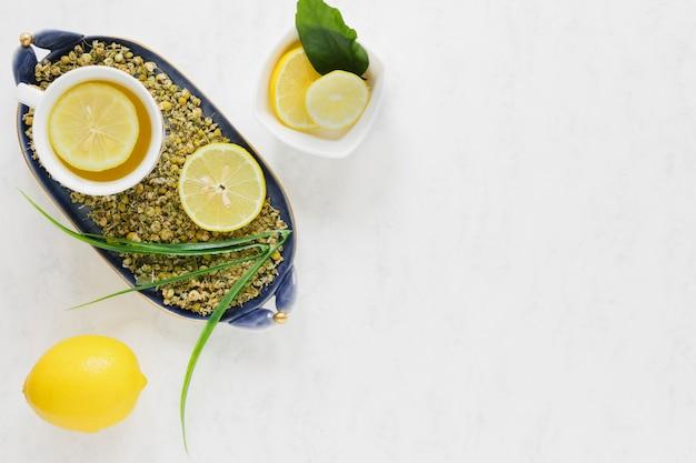 Piatto lay di tè al limone con spazio di copia
