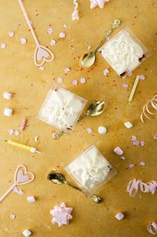 Piatto lay di torta di compleanno con candele