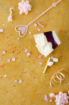Piatto lay di torta di compleanno con nastro e marshmallow
