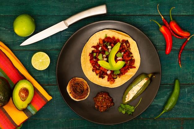 Piatto messicano di vista superiore con fondo di legno