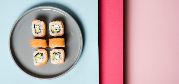 Piatto minimalista con involtini di sushi