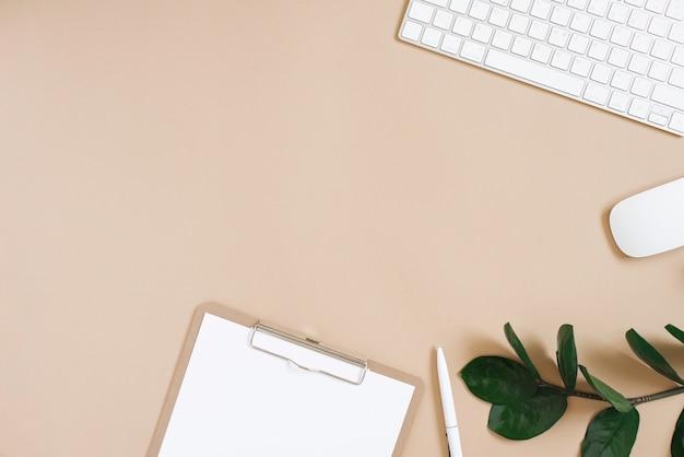 Piatto minimalista. desktop di un blogger o di un libero professionista. lavoro da casa. cornice di forniture per ufficio con copia spazio