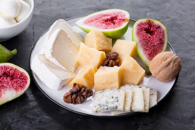 Piatto mix di formaggi con noci