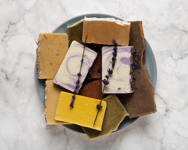 Piatto piano con sapone sul pavimento di marmo