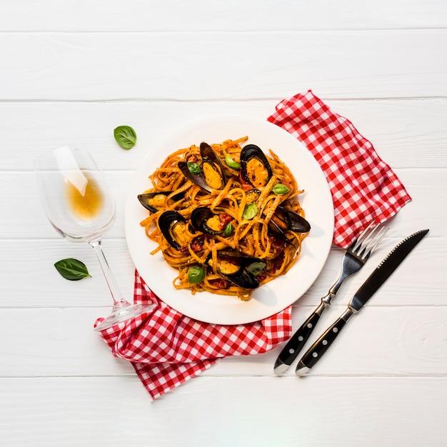 Piatto piano di pasta con cozze