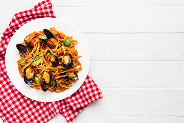 Piatto piano di pasta di cozze con copyspace