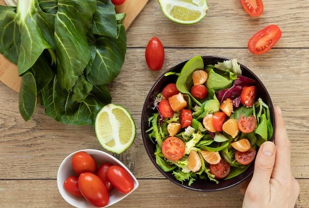 Piatto piatto con insalata sul tavolo