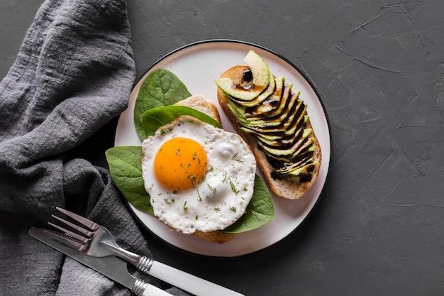 Piatto piatto con uovo fritto