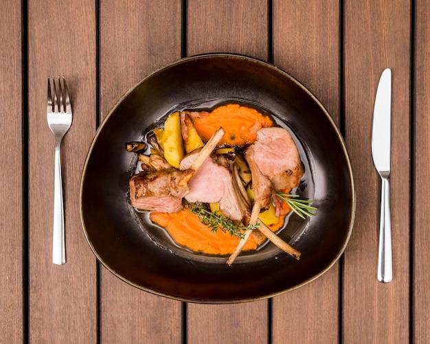 Piatto piatto di costolette di agnello alla griglia