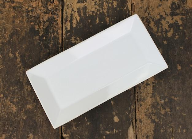 Piatto piatto vuoto sulla tavola di legno