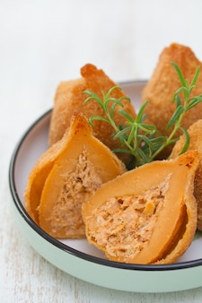 Piatto portoghese coxinhas de frango sul piatto su legno bianco