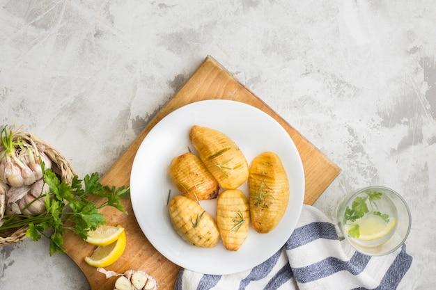 Piatto posare gustose patate sul piatto